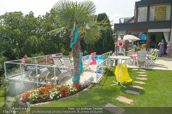 Lugners Gartenparty - Lugner Privatvilla - Di 07.08.2018 - Garten, Terrasse, Pool, Deko2