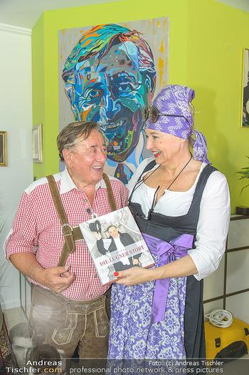 Lugners Gartenparty - Lugner Privatvilla - Di 07.08.2018 - Andrea BUDAY, Richard LUGNER mit Buch8