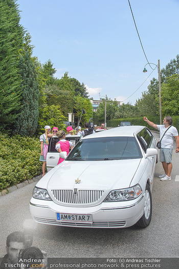 Lugners Gartenparty - Lugner Privatvilla - Di 07.08.2018 - Stretchlimousine bringt Gäste9