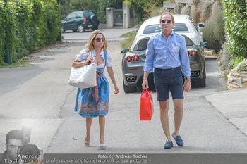 Lugners Gartenparty - Lugner Privatvilla - Di 07.08.2018 - Mister Ferrari Heribert KASPER kommt mit Andrea vom Badesee19