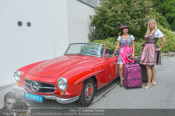 Lugners Gartenparty - Lugner Privatvilla - Di 07.08.2018 - Dani KENNEDY, Nina Bambi BRUCKNER mit Gepäck bei Oldtimer25