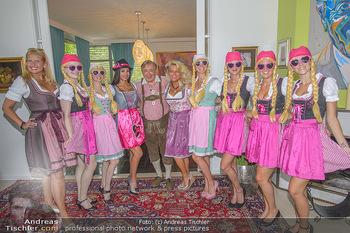Lugners Gartenparty - Lugner Privatvilla - Di 07.08.2018 - Richard LUGNER mit Twerking Mädls (Holy Heidis), Dani KENNEDY, 30