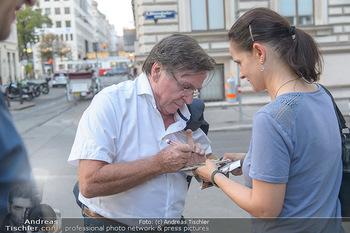 ´Grüner wirds nicht´ Kinopremiere - Stadtkino Wien - Mi 22.08.2018 - Elmar WEPPER schreibt Autogramme2