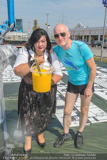 Pop Art Bungee Jumping - Fashion Outlet Center, Parndorf - Do 23.08.2018 - Gary HOWARD, Patricia STANJEK8