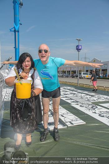 Pop Art Bungee Jumping - Fashion Outlet Center, Parndorf - Do 23.08.2018 - Gary HOWARD, Patricia STANJEK9