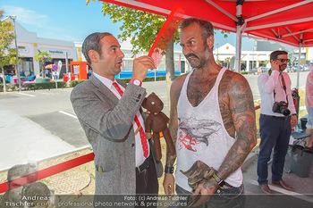 Pop Art Bungee Jumping - Fashion Outlet Center, Parndorf - Do 23.08.2018 - Mr. BEAN (Rowan Atkinson) Double, HC Hans Christian HAAS17
