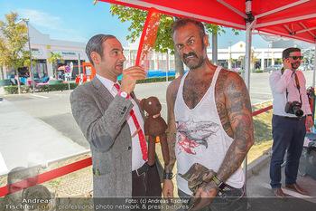 Pop Art Bungee Jumping - Fashion Outlet Center, Parndorf - Do 23.08.2018 - Mr. BEAN (Rowan Atkinson) Double, HC Hans Christian HAAS18