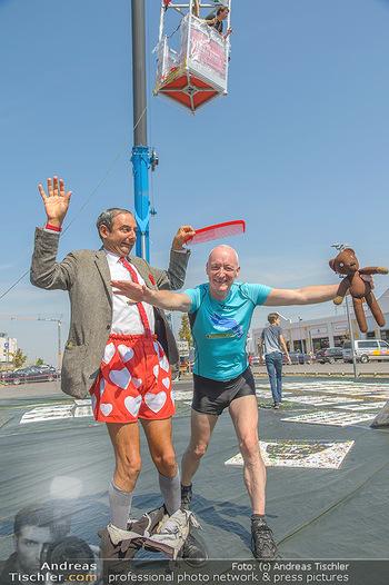 Pop Art Bungee Jumping - Fashion Outlet Center, Parndorf - Do 23.08.2018 - Mr. BEAN (Rowan Atkinson) Double, Gary HOWARD22