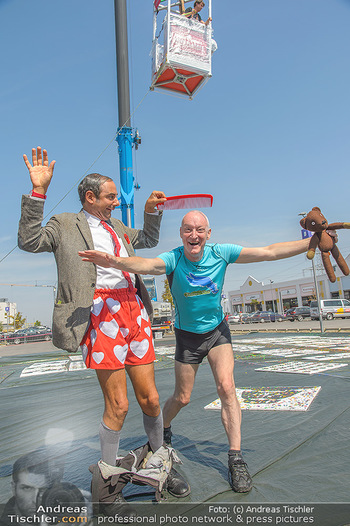 Pop Art Bungee Jumping - Fashion Outlet Center, Parndorf - Do 23.08.2018 - Mr. BEAN (Rowan Atkinson) Double, Gary HOWARD23