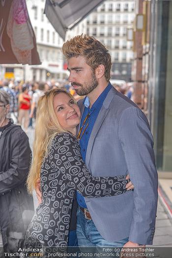 Swen Temmel und Meadow Williams - Zanoni und Stephansplatz, Wien - Di 04.09.2018 - Swen TEMMEL, girlfriend Meadow WILLIAMS in love in Vienna24