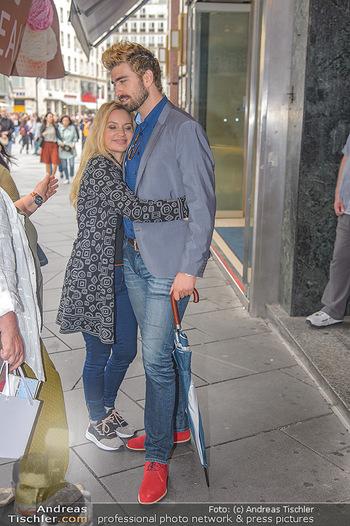 Swen Temmel und Meadow Williams - Zanoni und Stephansplatz, Wien - Di 04.09.2018 - Swen TEMMEL, girlfriend Meadow WILLIAMS in love in Vienna26