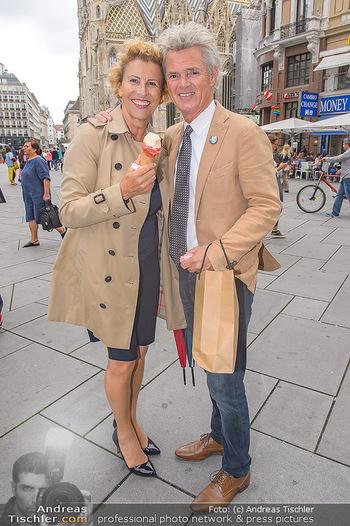 Swen Temmel und Meadow Williams - Zanoni und Stephansplatz, Wien - Di 04.09.2018 - Charly and Maria TEMMEL eating icecream in Vienna42