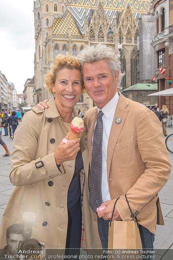 Swen Temmel und Meadow Williams - Zanoni und Stephansplatz, Wien - Di 04.09.2018 - Charly and Maria TEMMEL eating icecream in Vienna43