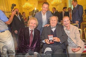 Ehrenzeichen für Karl Spiehs - Bundeskanzleramt - Mo 10.09.2018 - Thomas GOTTSCHALK, Gernot BLÜMEL, Karl und Angelika SPIEHS mit 1