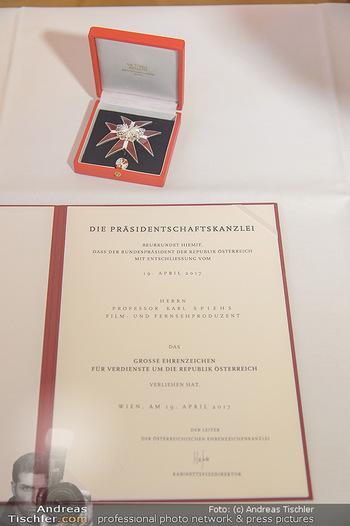 Ehrenzeichen für Karl Spiehs - Bundeskanzleramt - Mo 10.09.2018 - Das Ehrenabzeichen4