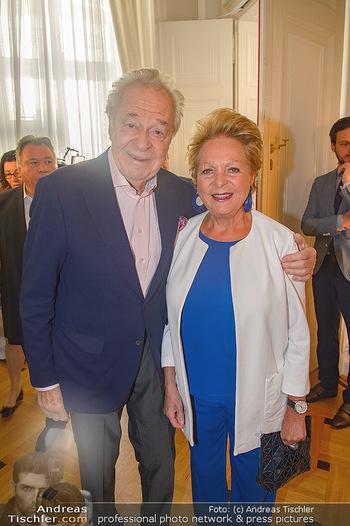 Ehrenzeichen für Karl Spiehs - Bundeskanzleramt - Mo 10.09.2018 - Harald und Mausi Ingeborg SERAFIN36