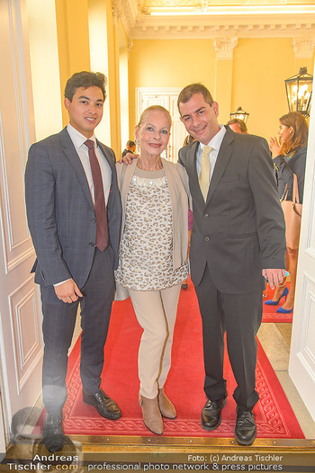 Ehrenzeichen für Karl Spiehs - Bundeskanzleramt - Mo 10.09.2018 - Angelika SPIEHS mit Sohn Benjamin und Enkelsohn Tristan46