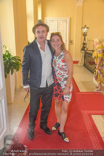 Ehrenzeichen für Karl Spiehs - Bundeskanzleramt - Mo 10.09.2018 - Sascha WUSSOW mit Ehefrau Andrea MOSTLER52