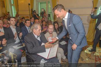 Ehrenzeichen für Karl Spiehs - Bundeskanzleramt - Mo 10.09.2018 - Gernot BLÜMEL, Karl SPIEHS, Angelika SPIEHS75