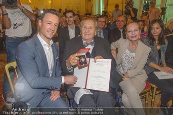 Ehrenzeichen für Karl Spiehs - Bundeskanzleramt - Mo 10.09.2018 - Gernot BLÜMEL, Karl SPIEHS, Angelika SPIEHS76