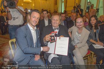 Ehrenzeichen für Karl Spiehs - Bundeskanzleramt - Mo 10.09.2018 - Gernot BLÜMEL, Karl SPIEHS, Angelika SPIEHS77