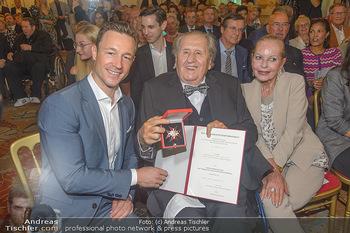 Ehrenzeichen für Karl Spiehs - Bundeskanzleramt - Mo 10.09.2018 - Gernot BLÜMEL, Karl SPIEHS, Angelika SPIEHS78