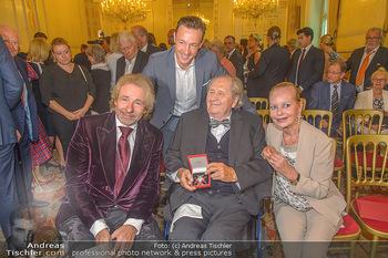 Ehrenzeichen für Karl Spiehs - Bundeskanzleramt - Mo 10.09.2018 - Thomas GOTTSCHALK, Gernot BLÜMEL, Karl und Angelika SPIEHS mit 82