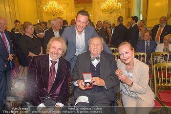 Ehrenzeichen für Karl Spiehs - Bundeskanzleramt - Mo 10.09.2018 - Thomas GOTTSCHALK, Gernot BLÜMEL, Karl und Angelika SPIEHS mit 83