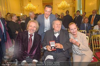 Ehrenzeichen für Karl Spiehs - Bundeskanzleramt - Mo 10.09.2018 - Thomas GOTTSCHALK, Gernot BLÜMEL, Karl und Angelika SPIEHS mit 84