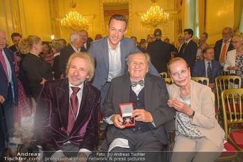 Ehrenzeichen für Karl Spiehs - Bundeskanzleramt - Mo 10.09.2018 - Thomas GOTTSCHALK, Gernot BLÜMEL, Karl und Angelika SPIEHS mit 85