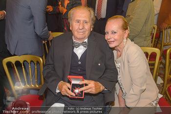 Ehrenzeichen für Karl Spiehs - Bundeskanzleramt - Mo 10.09.2018 - Karl und Angelika SPIEHS mit Abzeichen88
