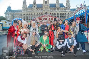 Roncalli Zirkus Premiere - Roncalli Zirkuszelt Rathausplatz Wien - Mi 12.09.2018 - Bernhard PAUL mit Artisten Gruppenfoto vor Roncalli Zirkuszelt v1