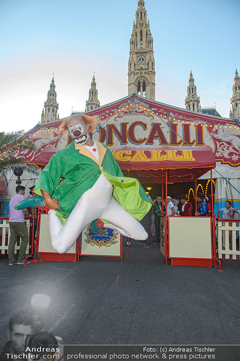 Roncalli Zirkus Premiere - Roncalli Zirkuszelt Rathausplatz Wien - Mi 12.09.2018 - Clown springt, Roncalli Zirkuszelt vor dem Rathausplatz4