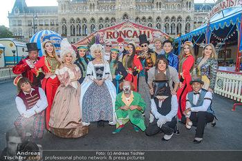 Roncalli Zirkus Premiere - Roncalli Zirkuszelt Rathausplatz Wien - Mi 12.09.2018 - Gruppenfoto Artisten vor Roncalli Zirkuszelt vor dem Rathaus5