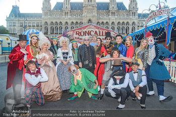 Roncalli Zirkus Premiere - Roncalli Zirkuszelt Rathausplatz Wien - Mi 12.09.2018 - Bernhard PAUL mit Artisten Gruppenfoto vor Roncalli Zirkuszelt v6