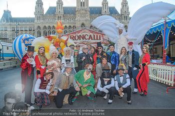Roncalli Zirkus Premiere - Roncalli Zirkuszelt Rathausplatz Wien - Mi 12.09.2018 - Bernhard PAUL mit Artisten Gruppenfoto vor Roncalli Zirkuszelt v19