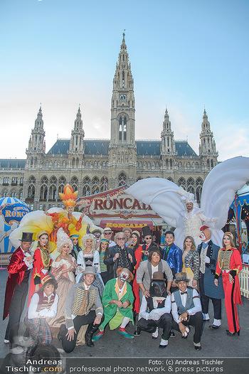 Roncalli Zirkus Premiere - Roncalli Zirkuszelt Rathausplatz Wien - Mi 12.09.2018 - Bernhard PAUL mit Artisten Gruppenfoto vor Roncalli Zirkuszelt v20