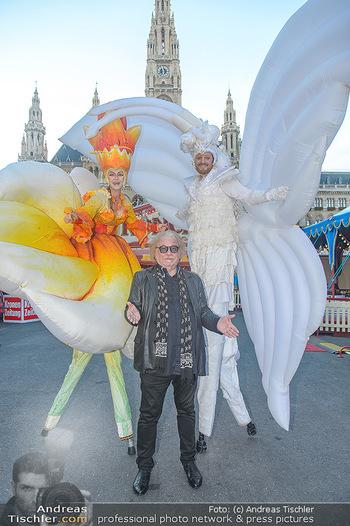 Roncalli Zirkus Premiere - Roncalli Zirkuszelt Rathausplatz Wien - Mi 12.09.2018 - Bernhard PAUL mit Artisten, Stelzengehern21