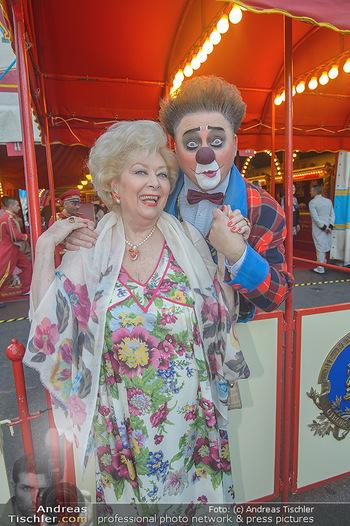 Roncalli Zirkus Premiere - Roncalli Zirkuszelt Rathausplatz Wien - Mi 12.09.2018 - Birgit SARATA mit Clown42