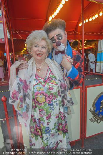 Roncalli Zirkus Premiere - Roncalli Zirkuszelt Rathausplatz Wien - Mi 12.09.2018 - Birgit SARATA mit Clown43