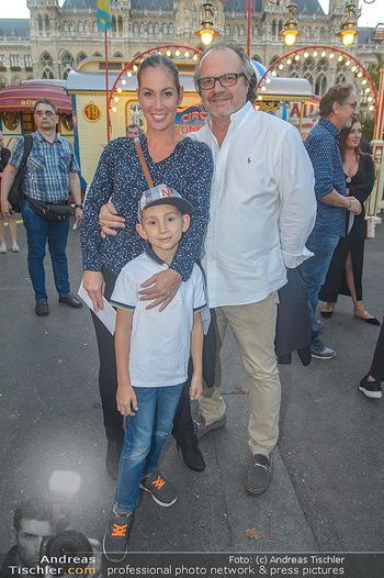 Roncalli Zirkus Premiere - Roncalli Zirkuszelt Rathausplatz Wien - Mi 12.09.2018 - Familie Adriana ZARTL mit Ehemann Andreas STICH und Sohn Luca60