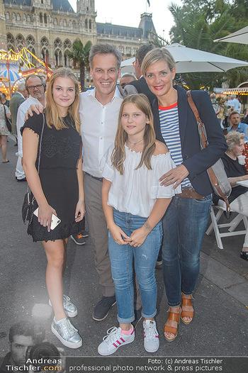Roncalli Zirkus Premiere - Roncalli Zirkuszelt Rathausplatz Wien - Mi 12.09.2018 - Tarek LEITNER mit Ehefrau Claudia LAHNSTEINER und den Kindern Li68