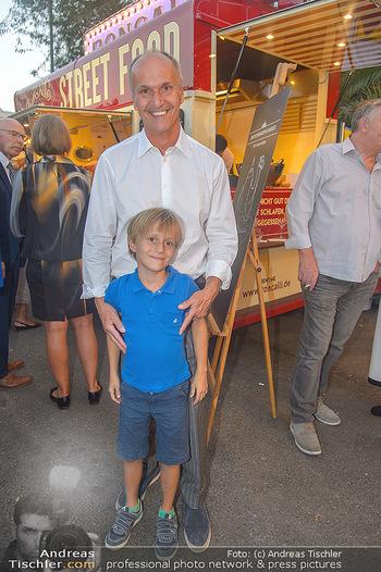 Roncalli Zirkus Premiere - Roncalli Zirkuszelt Rathausplatz Wien - Mi 12.09.2018 - Peter FRIESE mit Sohn Paul70