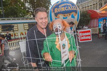 Roncalli Zirkus Premiere - Roncalli Zirkuszelt Rathausplatz Wien - Mi 12.09.2018 - Nicholas OFCZAREK mit Clown79