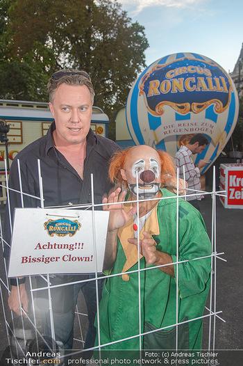 Roncalli Zirkus Premiere - Roncalli Zirkuszelt Rathausplatz Wien - Mi 12.09.2018 - Nicholas OFCZAREK mit Clown80