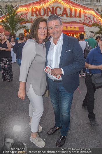 Roncalli Zirkus Premiere - Roncalli Zirkuszelt Rathausplatz Wien - Mi 12.09.2018 - Alexander FANKHAUSER mit Ehefrau Petra86