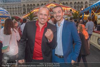 Roncalli Zirkus Premiere - Roncalli Zirkuszelt Rathausplatz Wien - Mi 12.09.2018 - Gery KESZLER mit Begleitung Michael89