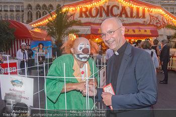 Roncalli Zirkus Premiere - Roncalli Zirkuszelt Rathausplatz Wien - Mi 12.09.2018 - Toni FABER mit Clown99