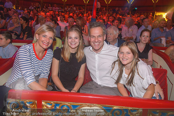 Roncalli Zirkus Premiere - Roncalli Zirkuszelt Rathausplatz Wien - Mi 12.09.2018 -  Tarek LEITNER mit Ehefrau Claudia LAHNSTEINER und den Kindern L116