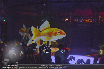 Roncalli Zirkus Premiere - Roncalli Zirkuszelt Rathausplatz Wien - Mi 12.09.2018 - Fisch-Hologramm in der Manege124